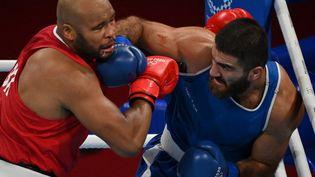 Mourad Aliev (en bleu) a été disqualifié face au Britannique Frazer Clarke. (LUIS ROBAYO / AFP)