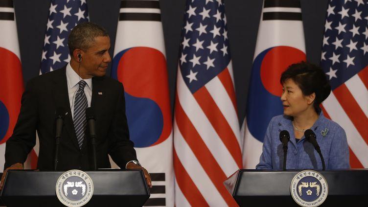 Le président américain, Barack Obama, et la présidente sud-coréenne,Park Geun-Hye, lors d'une conférence de presse à Séoul (Corée du Sud), le 25 avril 2014. (KIM HONG-JI / AFP)