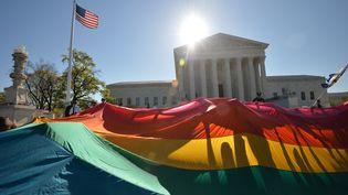 Des partisans du mariage entre personnes de même sexe sont rassemblées devant la Cour suprême des Etats-Unis, le 28 avril 2015. (MLADEN ANTONOV / AFP)