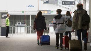 Des passagers à l'aéroport de Bruxelles-Zaventem (Belgique) le 3 avril 2016. (BENOIT DOPPAGNE / BELGA)