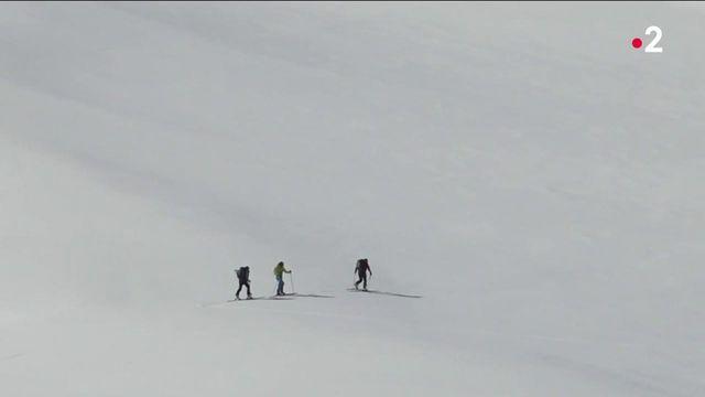 Alpes : les randonneurs continuent leur parcours malgré les risques d'avalanches
