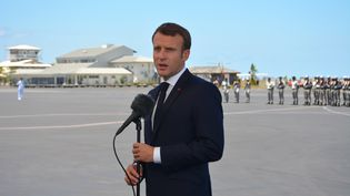 Emmanuel Macron parle en arrivant à Mayotte, le 22 octobre 2019. (SAMUEL BOSCHER / AFP)