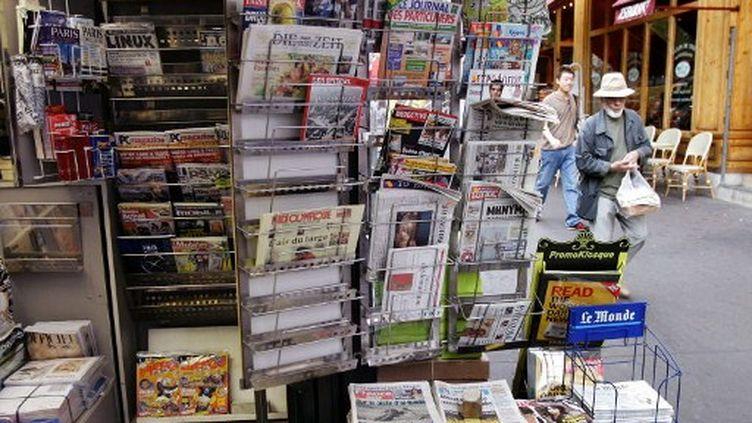 Kiosque à journaux parisien. (HOCINE ZAOURAR / AFP)