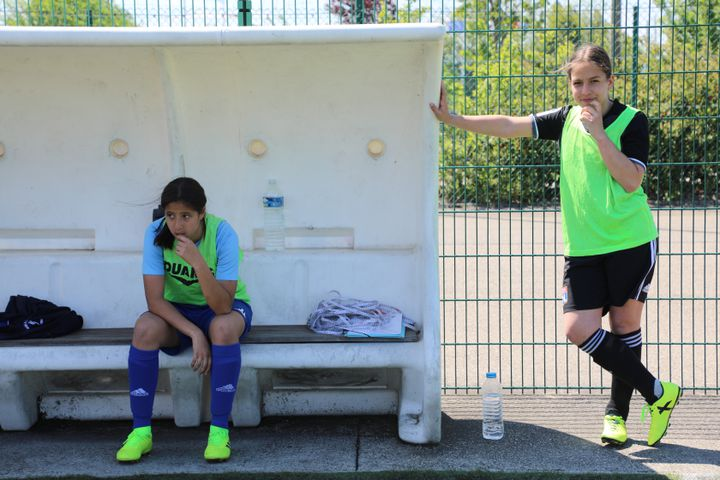 Lors d'un entraînement de football à Genas (Rhône), le 15 mai 2019. (ELISE LAMBERT/FRANCEINFO)