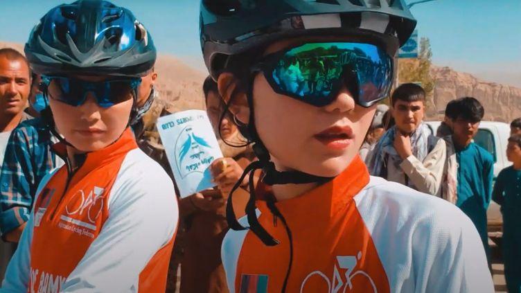 Reihane (à droite), jeune athlète de 18 ans lors d'une course aux côtés de l'équipe afghane de cyclisme féminin. (Capture d'écran chaîne Youtube de Neman Noori)