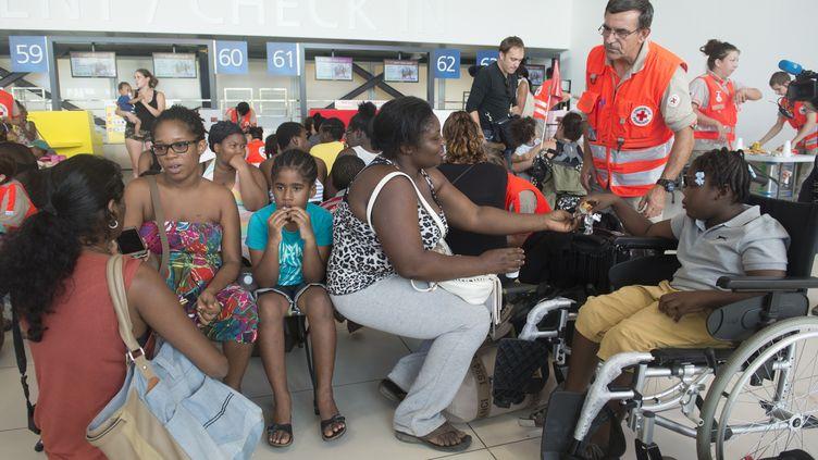 Des membres de la Croix-Rouge après le passage de l'ouragan Irma à Saint-Martin, le 9 septembre 2017. (HELENE VALENZUELA / AFP)