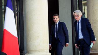 Jean-Claude Mailly, secrétaire général de Force ouvrière, et Emmanuel Macron, le président de la République, le 23 mai 2017 à l'Élysée. (PAUL BARLET / LE PICTORIUM / MAXPPP)
