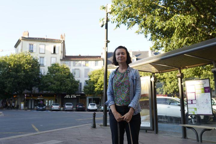 Camille Valabrègue, 34 ans, devant la caméra qui a servi à la verbaliser lors d'une manifestation à Millauorganisée le 12 mai 2020. (PIERRE-LOUIS CARON / FRANCEINFO)