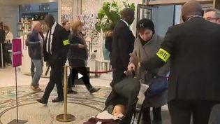"""Les manifestations des """"gilets jaunes"""" poussent les enseignes à recruter davantage de vigiles pour assurer leur sécurité. (Capture d'écran FRANCE 2)"""