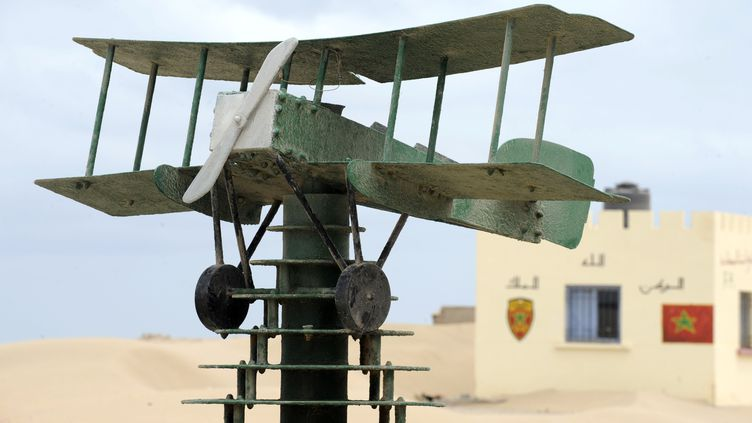 Une réplique d'un avion de l'aéropostale à l'extérieur du musée dédié à Antoine de Saint Exupéry àTarfaya, au Maroc. (FADEL SENNA / AFP)