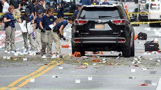 Des enquêteurs marquent les lieux après l'explosion survenue le 17 septembre 2016 dans le quartier de Chelsea, à New York (Etats-Unis). (RASHID ABBASI / REUTERS)