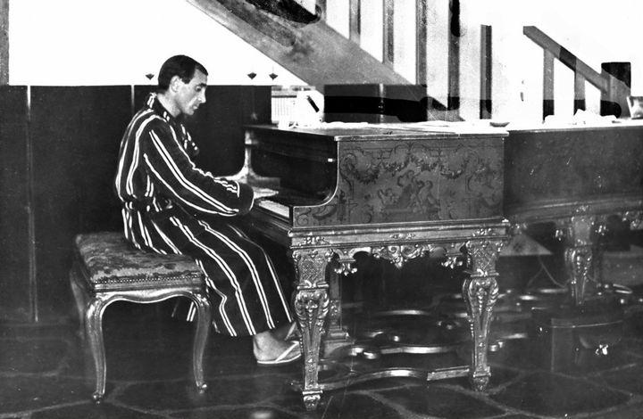 Charles Aznavour et son piano Steinway au début des années 1960 (Roger Kasparian)