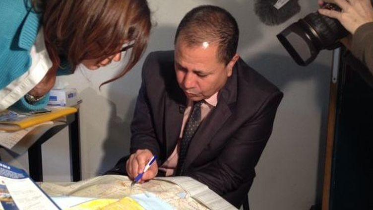 Dahi al-Maslamani, ancien juge syrien réfugié politique en France, indique sur une carte le barrage, près de Deraa, où son neveu a été arrêté avant d'être torturé à mort par les Mukhabarâts du régime. (DR)