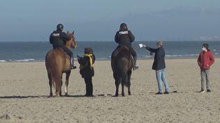 La police patrouille sur la plage pour contrôler les attestations des promeneurs, à Dunkerque (Nord), le 27 février 2021. (GILLES GALLINARO / RADIO FRANCE)