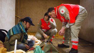 La Croix-Rouge assiste une personne sans-abri vivant dans un tunnel de la gare à Chatou (Yvelines)le 2 Novembre 2012 (LOIC VENANCE / AFP)