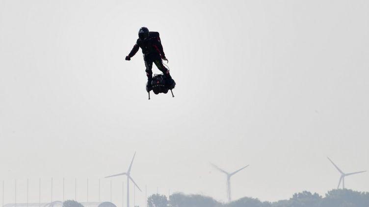 Franky Zapata sur son Flyboard au moment du décollage de l'engin à Sangatte dans le nord de la France, le 25 juillet 2019 (DENIS CHARLET / AFP)
