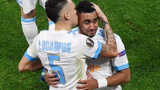 Dimitri Payet dans les bras de Lucas Ocampos le 16 mai 2018 lors de la finale de la Ligue Europa à Lyon. (JEAN-PHILIPPE KSIAZEK / AFP)