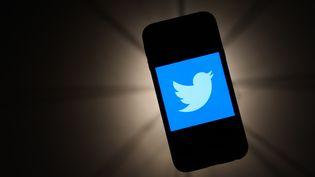 Le logo Twitter affiché sur un téléphone portable, en novembre 2019. (JAKUB PORZYCKI / NURPHOTO / AFP)