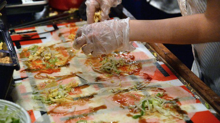 Les menus végétariens pourraient faire leur entrée dans les cantines scolaires une fois par semaine. (Photo d'illustration) (ROSLAN RAHMAN / AFP)