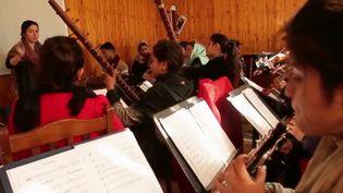 En Afghanistan, l'orchestre Zohra est composé de 30 jeunes filles, qui s'affirment par la musique. Un choix qui met leur vie en danger. (France 2)