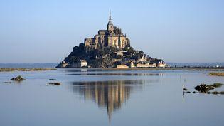 L'abbaye du Mont-Saint-Michelet son village surplombent la baie soumise aux vas-et-vient de puissantes marées. Le site accueille chaque année près de 3 millions de touristes. (BEAUVIR-ANA / ONLY FRANCE / AFP)