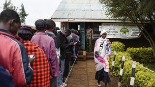 Des électeurs attendent devant un bureau de voted'Eldoret(Kenya), pour les élections générales, le 8 août 2017. (JENNIFER HUXTA / AFP)