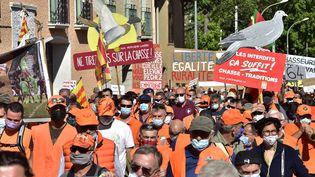 Des chasseurs manifestent contre l'interdiction de la chasse à la glu, le 12 septembre 2020, à Prades (Pyrénées-Orientale). (RAYMOND ROIG / AFP)