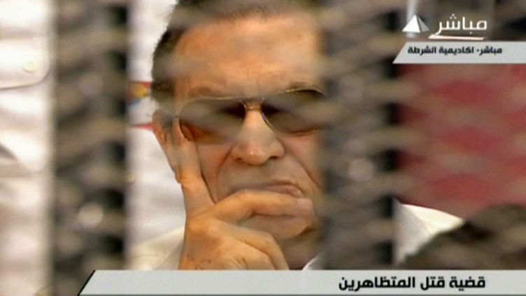 L'ancien président égyptien Hosni Moubarak, derrière les barreaux lors d'une audience de son procès, le 6 juillet 2013 au Caire (Egypte). (TELEVISION EGYPTIENNE / AFP)