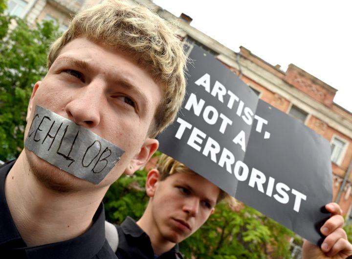 """""""Artiste, pas un terroriste"""", les militants de SaveOlegSentsov font allusion à la condamnation d'Oleg Sentsov à 20 ans de prison pour """"terrorisme"""" et """"trafic d'armes"""". (SERGEI SUPINSKY / AFP)"""