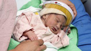 Un nouveau-né équipé d'une visière de protection, le 28 avril 2020, dans l'unité de néonatalogie de l'hôpital Mexico de San Jose (Costa Rica). (AFP)