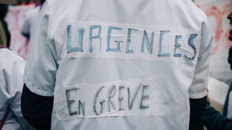 Un employé des urgences en grève, le 9 mai 2019 à Paris. (MATHIAS ZWICK / HANS LUCAS / AFP)