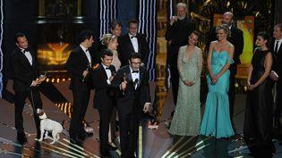 """L'équipe du film """"The artist"""" entoure Michel Hazanavicius lors de la remise de l'Oscar du meilleur film en février 2012.  (ROBYN BECK / AFP)"""