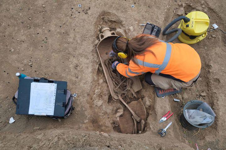Archéologue à l'œuvre sur le site de fouilles de l'Île-Rousse (avril 2021) (PASCAL DRUELLE / INRAP)