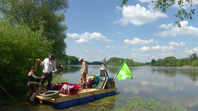 Dans la Nièvre, une expédition insolite s'est élancée pour collecter des déchets et sensibiliser à la protection de l'environnement. Trois aventuriers vont descendre la Loire à bord d'un radeau artisanal jusqu'à Orléans (Loiret). (FRANCE 3)