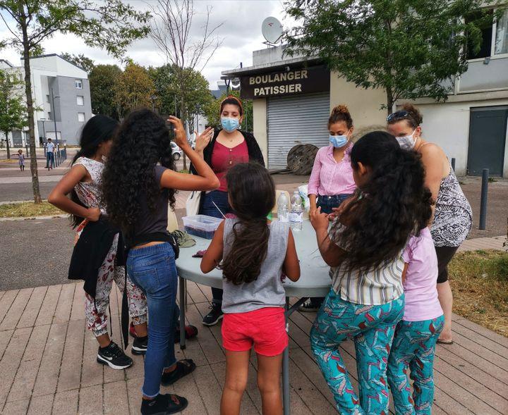 Les ateliers des Petits Débrouillards permettent à des étudiants et des enfants d'un quartier prioritaire de Sevran (Seine-Saint-Denis) de se rencontrer, le jeudi 13 août 2020.  (MANON MELLA / FRANCEINFO)