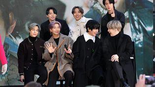 Les sept garçons du groupe coréen de K-Pop BTS (de gauche à droite :Jimin, Jungkook, RM, J-Hope, V, Jin,et SUGA), en visite au Rockefeller Plaza de New York(Etats-Unis) le 21 février 2020. (DIA DIPASUPIL / GETTY IMAGES NORTH AMERICA / AFP)