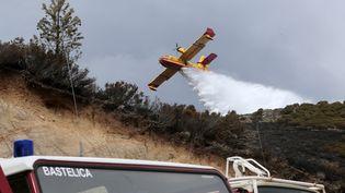 Un Canadair vient éteindre un incendie en Corse, le 25 mars 2017. (PASCAL POCHARD-CASABIANCA / AFP)