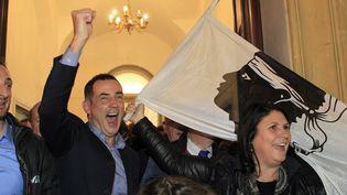 """Le candidat de la liste """"Per a Corsica"""", Gilles Simeoni, manifeste sa joie à l'annonce de sa victoire le 13 décembre 2015, à Bastia, en Corse. (PASCAL POCHARD CASABIANCA / AFP)"""