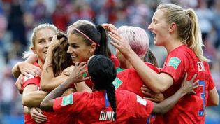 Les joueuses de l'équipe américaine de football célèbrent un but face à la Thaïlande lors de la coupe du monde féminine de foot, à Reims (Marne), le 11 juin 2019. (THOMAS SAMSON / AFP)