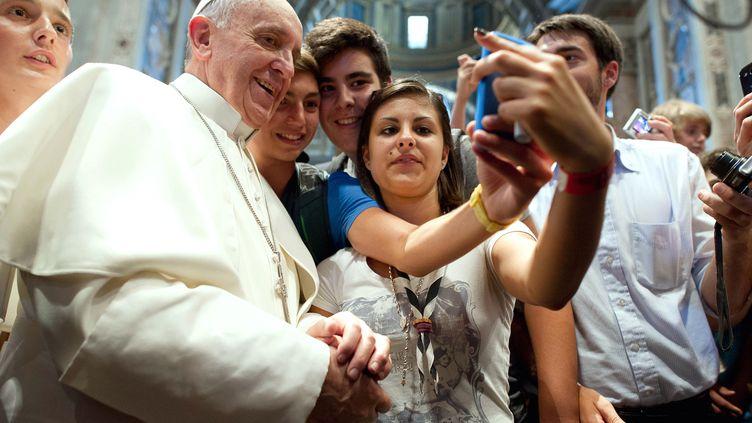"""Le """"selfie"""" du pape François,posté fin août 2013, a fait le tour du monde sur les réseaux sociaux. (OSSERVATORE ROMANO FRANCESCO SFO / AFP)"""