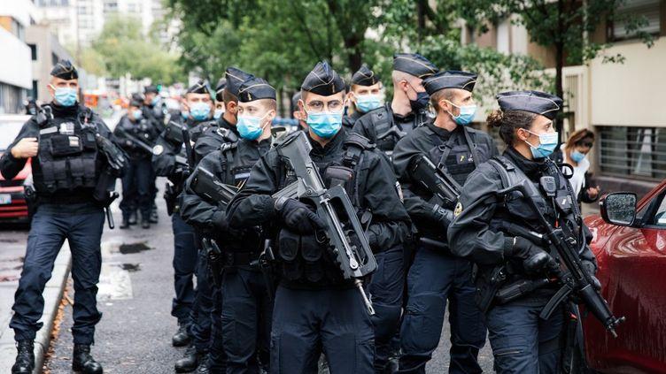 """Des gendarmes patrouillent dans le 11e arrondissement de Paris après l'attaque qui a fait deux blessés devant les anciens locaux de """"Charlie Hebdo"""", le 25 septembre 2020. (MARIE MAGNIN / HANS LUCAS / AFP)"""
