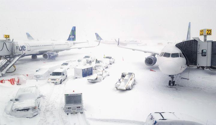 Des avions attendent la fin du blizzard sur le tarmac de l'aéroport John Fitzgerald Kennedy, à New York (Etats-Unis), le 4 janvier 2018. (REBECCA BUTALA HOW / GETTY IMAGES NORTH AMERICA / AFP)