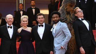 """Le casting de """"Solo"""", film le plus récent de la saga """"Star Wars"""", monte les marches du Festival de Cannes, le 15 mai 2018. (LOIC VENANCE / AFP)"""