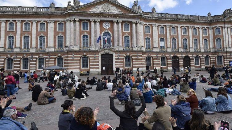 Les participants de Nuit debout s'installent place du Capitole à Toulouse (Haute-Garonne), le 15 mai 2015. (PASCAL PAVANI / AFP)