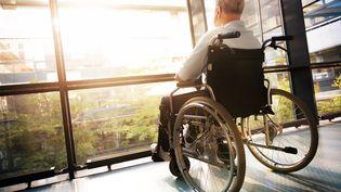 Un homme assis dans un fauteuil roulant regarde par la fenêtre, le 9 septembre 2014. (GETTY IMAGES)