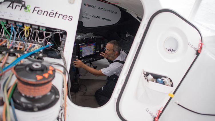 Le skipper Fabrice Amedeo devant les images météo lors d'un entraînement (LOIC VENANCE / AFP)