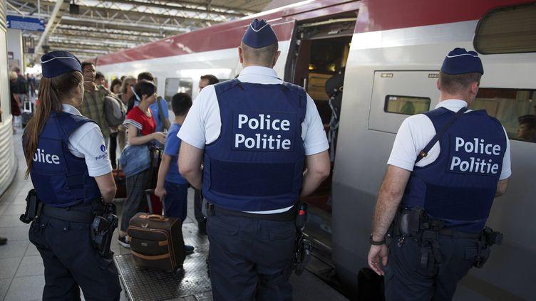 Des agents de police surveillent le Thalys, le 22 août 2015 à Bruxelles (Belgique). (NICOLAS MAETERLINCK / AFP)