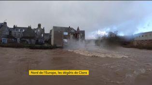 Une façade d'une maison emportée par les eaux au Royaume-Uni (FRANCEINFO)