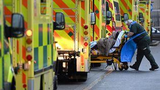 Un patient atteint du Covid-19 est transporté à l'hôpital, le 5 janvier 2021 à Londres (Royaume-Uni). (JUSTIN TALLIS / AFP)
