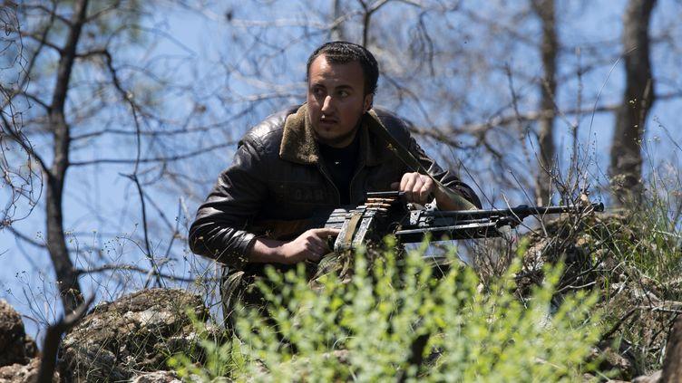 Un combattant rebelle syrien participe à une séance d'entraînement, le 24 avril 2013 dans la province de Lattaquié (Syrie). (MIGUEL MEDINA / AFP)
